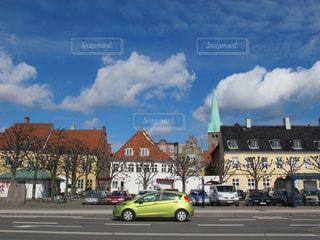 青空に低い雲の可愛いデンマークの街並みの写真・画像素材[1861514]