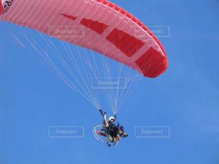 中田島砂丘の青空を飛ぶパラグライダーの写真・画像素材[1862847]