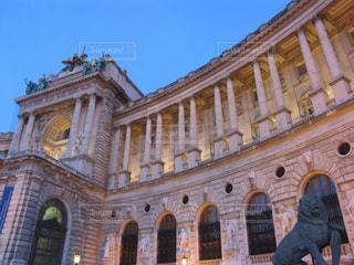 風景,空,建物,夜,屋外,海外,青空,ヨーロッパ,景色,ライト,鮮やか,光,旅行,オーストリア,ベージュ,博物館,彫刻,ゴールド,石造り,フォトジェニック,薄ピンク,インスタ映え,ミルクティー色