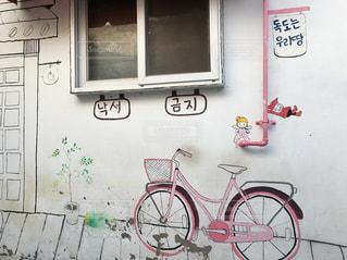 自転車や小人のイラストが可愛い梨花洞壁画村の写真・画像素材[2049004]