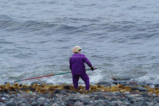 女性,海,夏,屋外,後ろ姿,水,海辺,北海道,女,人物,背中,人,後姿,旅行,石,漁師,利尻島,カギ,フォトジェニック,漁,昆布,インスタ映え,利尻昆布,昆布漁,L字型