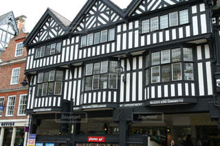 白壁に黒いストライブの格子がおしゃれなチェスターの街並みの写真・画像素材[2145239]