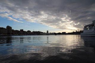 雨の日の美しいマルセイユの港の風景の写真・画像素材[2183097]