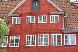 赤い壁と白い窓がおしゃれなデンマークの建物の写真・画像素材[2235374]