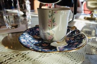 カフェのお洒落な光を浴びたコーヒーカップの写真・画像素材[2253900]