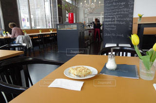 静かなオランダカフェで打合せ前のティータイムの写真・画像素材[2255723]