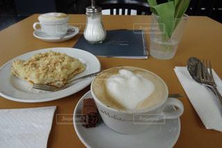 チョコケーキ付きカフェラテのお洒落なカフェの写真・画像素材[2257844]
