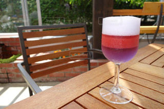 ラベンダージュレといちごジュースを飲んでカフェで休憩の写真・画像素材[2283595]