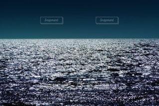 キラキラ輝く光が眩しいほど美しい日本海の写真・画像素材[2329448]