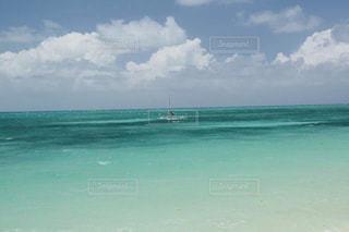 美しく透明なエメラルドグリーンのグレートバリアリーフの写真・画像素材[2329479]