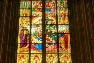 ドイツケルン大聖堂のカラフルで壮麗なステンドグラスの写真・画像素材[2352368]