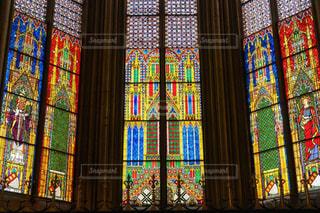 ドイツケルン大聖堂の神聖な美しいステンドグラスに圧倒されての写真・画像素材[2352448]
