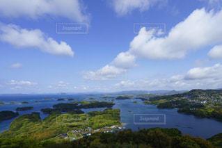 九十九島の青空と爽やかな春の雲の写真・画像素材[2413126]