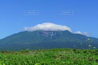 帽子のような雲を被った夏の利尻富士の写真・画像素材[2413149]