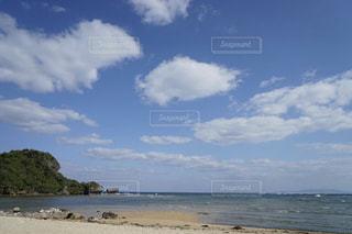 沖縄のふわふわした春の優しい雲の写真・画像素材[2414562]