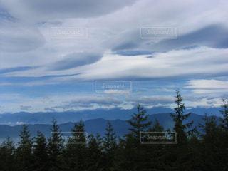 真夏の流れる雲は童話の世界の写真・画像素材[2426302]