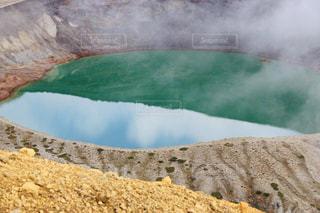 蔵王の御釜に映り込んだ青空と雲の写真・画像素材[2458732]