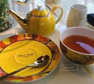 芸術的なティーカップと紅茶の写真・画像素材[2653604]