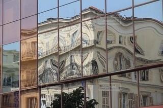 鏡越しに見た不思議な美しいアパート風景の写真・画像素材[2662333]