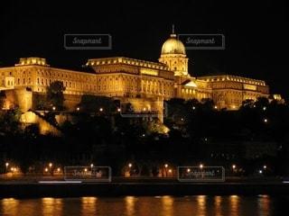ハンガリーブダペスト王宮の夜景の写真・画像素材[2723454]