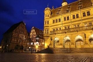 ドイツローテンブルクの市庁舎の夜景の写真・画像素材[2723472]