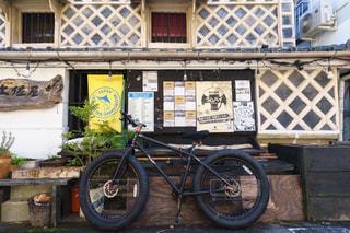 レトロななまこ壁と自転車の写真・画像素材[2842462]