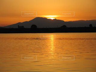 琵琶湖に沈む夕日の写真・画像素材[2858839]