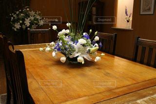 ウッディなテーブルの写真・画像素材[2871433]