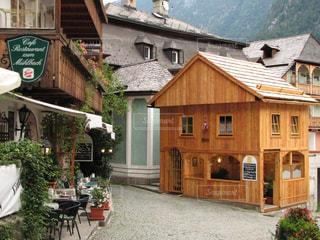 ハルシュタットの可愛い木造カフェの写真・画像素材[2895452]