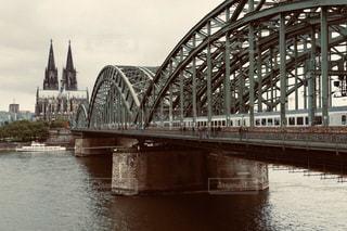 ケルン大聖堂に架かる橋を渡る列車の写真・画像素材[2927184]
