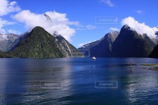 大自然の壮大な海と山の写真・画像素材[3343570]