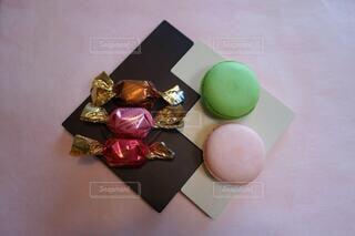 バレンタインチョコと春色マカロンの写真・画像素材[4183399]