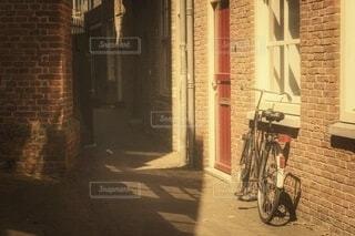 レトロな路地の自転車風景の写真・画像素材[4795764]