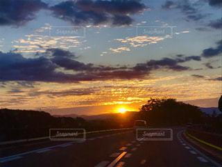 風景,空,夕日,屋外,太陽,雲,夕焼け,車,道路,日差し,オレンジ,高速道路,旅行,秋空,まぶしい,フォトジェニック,インスタ映え