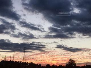 風景,屋外,太陽,赤,雲,夕焼け,車,道路,鉄塔,影,オレンジ,旅行,秋空,フォトジェニック,インスタ映え