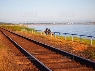 海の近くの線路の写真・画像素材[1815850]