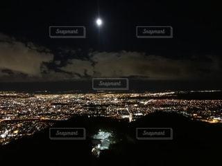 夜の街と月の写真・画像素材[2726386]