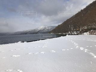 雪に覆われた山の写真・画像素材[2814957]