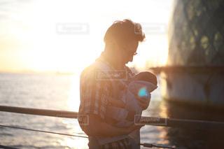 夕日,光,人物,イベント,赤ちゃん,幼児,夕陽,抱っこ,パパ,ベビー,息子,父,父の日,抱っこ紐,インスタ映え,父ちゃん,6月16日
