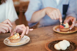 食べ物を食べるテーブルに座っている人の写真・画像素材[2267863]