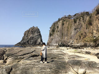 女性,自然,後ろ姿,海岸,景色,岩,旅行,レジャー・趣味