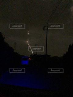 交通信号は夜ライトアップします。の写真・画像素材[1467481]