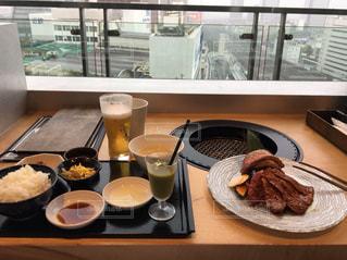 テーブルの上に食べ物のプレートの写真・画像素材[1514398]