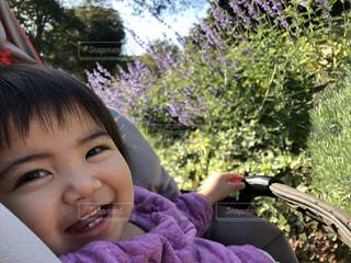 カメラに向かって笑みを浮かべて少女の写真・画像素材[1599035]