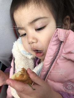 あつあつの人形焼きを食べてる赤ちゃんの写真・画像素材[1781841]