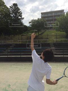 男はボールにラケットをスイングします。の写真・画像素材[1514299]