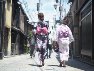 通りを歩く人々のグループの写真・画像素材[2265971]