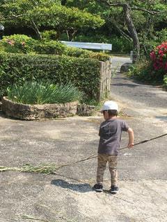 竹ほうきを使ってそうじ中の子どもの写真・画像素材[1487664]