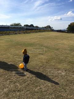 子ども,空,公園,黄色,子供,ボール,サッカー,赤ちゃん,ニット帽,こども,男の子,原っぱ,秋空,空の日