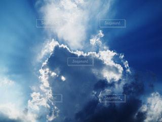 青空と太陽光と雲の画像の写真・画像素材[3368223]